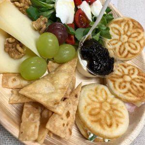 aperitivo con tigelle e formaggio
